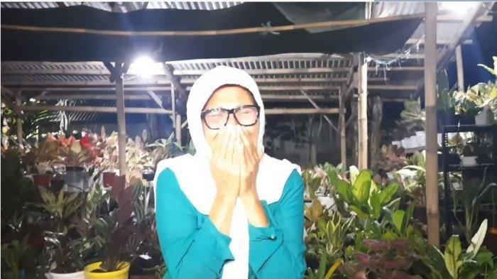bunda Indah Permatasari, Nursyah menangis sesenggukan menyesali pernikahan putrinya dengan Arie Kriting, Selasa (12/1/2021)