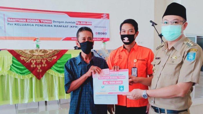 Bupati Markus Serahkan Bansos Tunai Rp 600 Ribu untuk 624 KK di Muntok