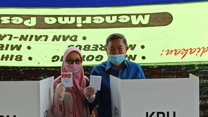 BUPATI Bangka Selatan Bersama Istri Nyoblos di TPS 12