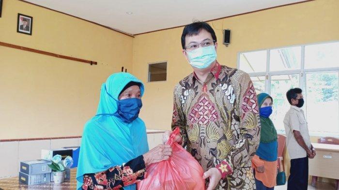 Gerak Cepat Bupati Markus Bagikan Sembako Gratis di Tengah Pandemi Covid-19