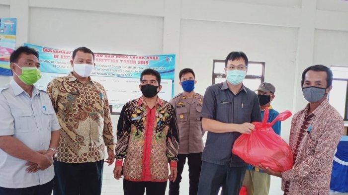 Pandemi Covid-19, Bupati Markus Datangi Langsung Warga Bagikan Sembako