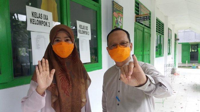 Calon Kepala Daerah di Pilkada Bangka Tengah 2020, Algafry Rahman bersama istrinya memberikan hak suara di TPS 5 Kelurahan Arung Dalam, Kabupaten Bangka Tengah, Rabu (9/12/2020)