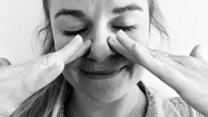 Cara Mengatasi Hidung Tersumbat Hanya 20 Detik dengan Pijat Wajah atau Gunakan Lidah