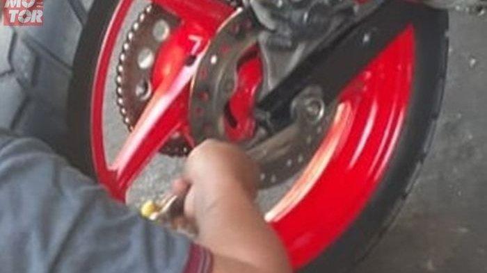 Harus Diperhatikan, Begini Cara Benar Menyetel Rantai Motor