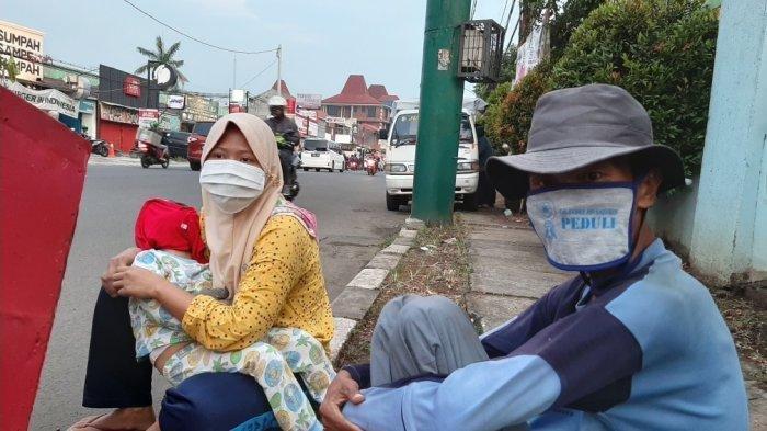 KISAH 'Manusia Gerobak' saat Pandemi Covid-19, Rongsokan Tak Laku Tunggu Kebaikan Pengguna Jalan