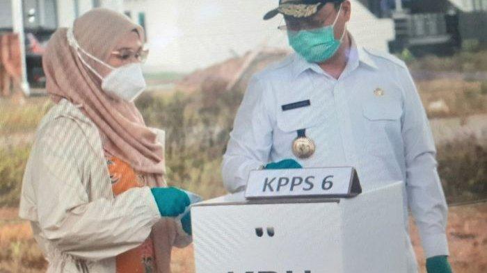Rintik Hujan Tak Surutkan Semangat Gubernur Bangka Belitung dan Istri Nyoblos di TPS 3 Desa Beluluk