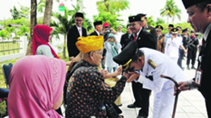 Bupati Bangka Cium Tangan Pejuang Kemerdekaan