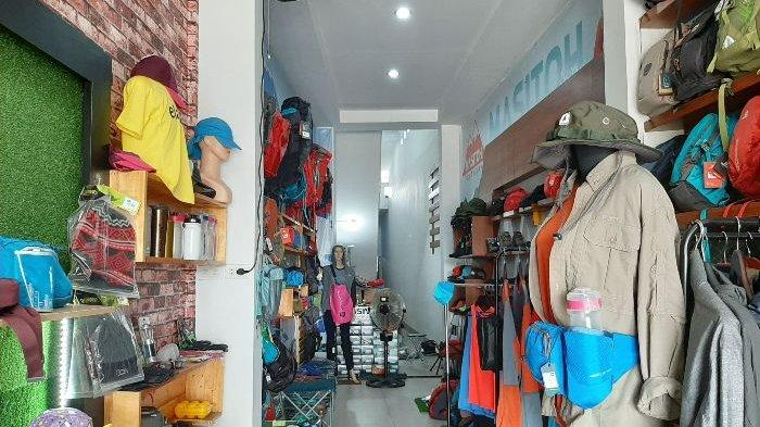 Consina Store Pangkalpinang yang menyediakan berbagai peralatan outdoor yang beralamat di Jalan Depati Hamzah, Bacang, tepatnya berada di samping PT Nusantara Surya Sakti Pangkalpinang (Honda