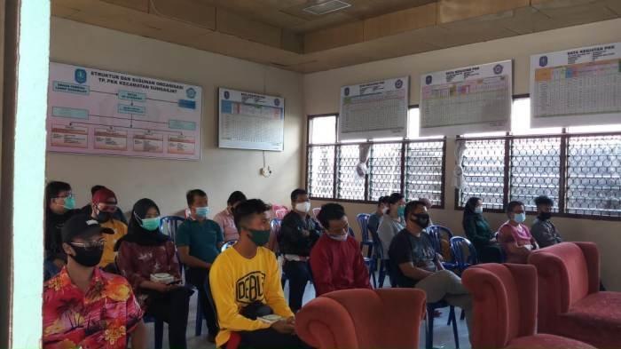 Para pemilik warung kopi dan rumah makan mengikuti sosialisasi pencegahan penularan virus corona, Rabu (17/11/2020) kepada  di Kantor Camat Sungailiat. (Dok/Boy Yandra)