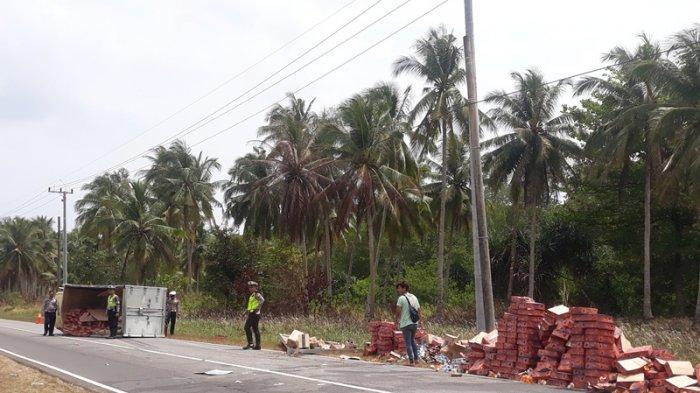 Pecah Ban, Mobil Box Terbalik di Jalan Raya Desa Kurau Bangka Tengah