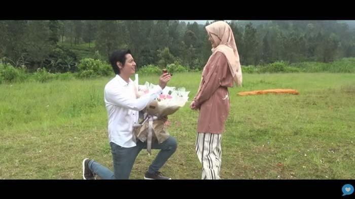 Roger Danuarta Berlutut di Depan Cut Meyriska Lalu Bilang Will You Marry Me?