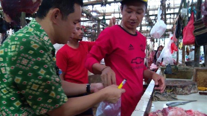 Dinas Pertanian Kabupaten Bangka Periksa Kondisi Daging Sapi dan Ayam di Pasar Kite Sungailiat