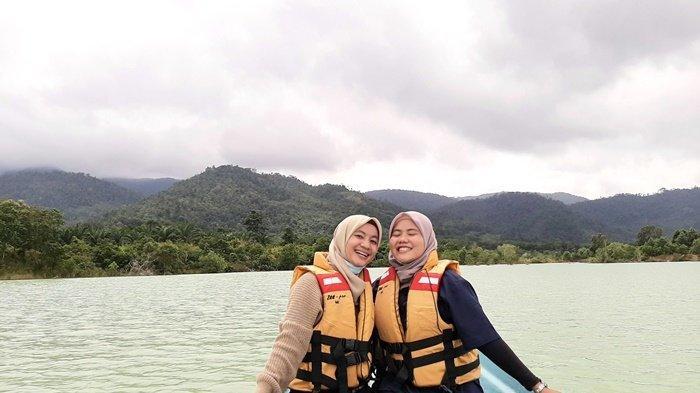 Dua jurnalis bangkapos.com mencoba sensasi menelusuri Danau Pading