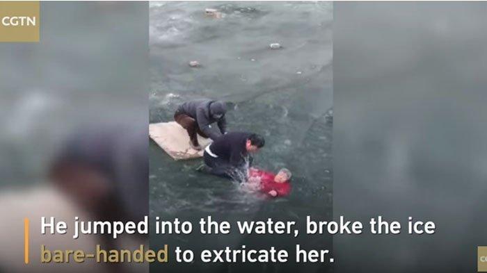 Aksi Heroik Selamatkan Nenek yang Terjebak di Danau Beku, Ini Videonya