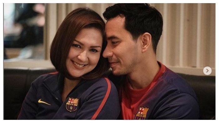 Darius Sinathrya Diam-diam Foto Istrinya Sedang di Kasur, Pasangan Ini Makin Mesra Loh
