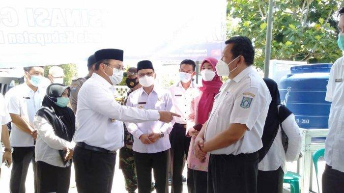 Tinjau Langsung Pelaksanaan Vaksinasi untuk Lansia di Puskesmas Koba, Ini Alasan Gubernur