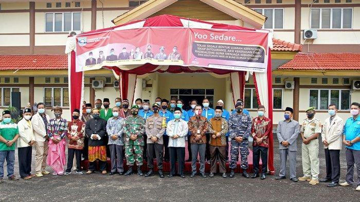 Pjs Bupati Bangka Barat didampingi sejumlah pimpinan Forkopimda berfoto bersama peserta upacara deklarasi kebhinekaan di halaman depan kantor bupati.
