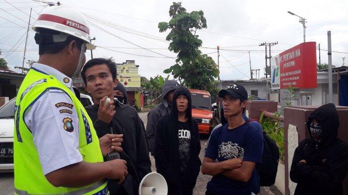Kesal BBM Solar Nelayan Langka, Sekelompok Warga Demo Kantor Pertamina