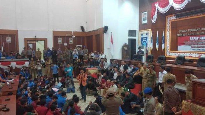 Mahasiswa Berhasil Geruduk Masuk ke DPRD Provinsi Bangka Belitung