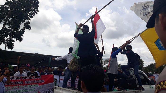Pengunjuk Rasa Tolak Tambang Laut di Pulau Belitung Long March ke DPRD Beltim