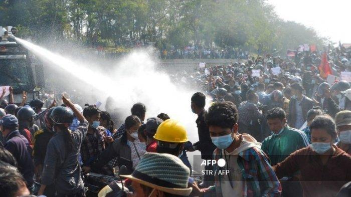 Demo Besar-Besaran di Myanmar Tolak Kudeta Militer, Satu Wanita Roboh Ditembak Polisi di Kepala