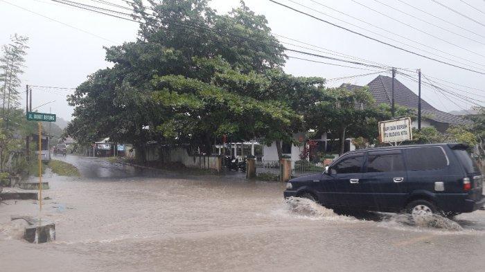 Hujan Deras, Kantor Disparpora Sungailiat dan Jalan Jenderal Sudirman Parit Padang Tergenang Air
