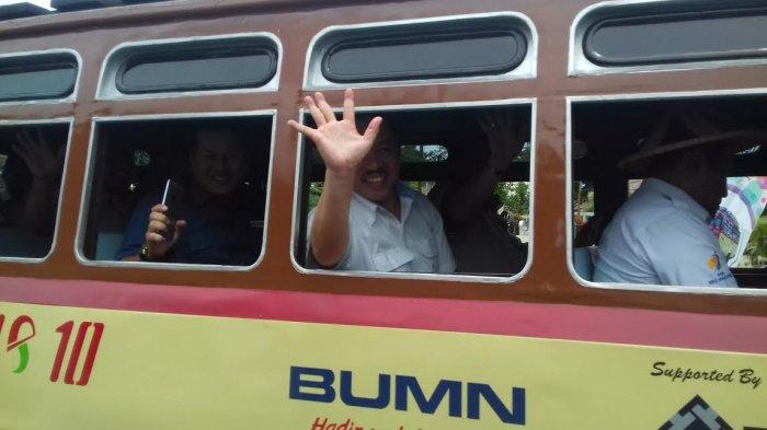 Deputi Kementerian BUMN menaiki oto Pownis dari Museum Timah Indonesia
