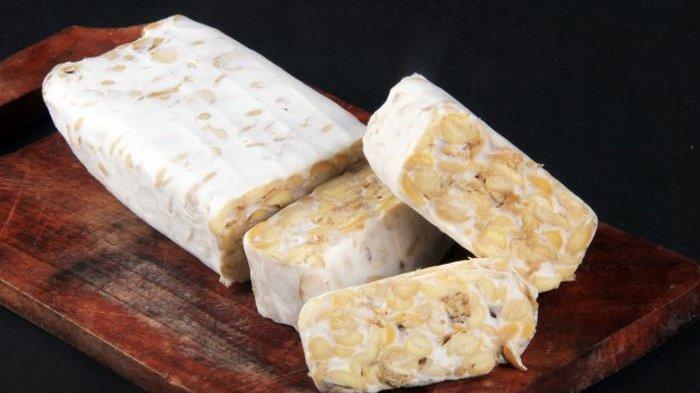 Di Indonesia, tempe menjadi salah satu bahan makanan yang murah meriah dan mudah dijumpai di pasar tradisional. Meski murah meriah, nyatanya tempe punya banyak manfaat bagi tubuh jika dikonsumsi.