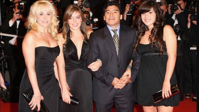 Diego Armando Maradona bersama mantan istri Claudia dan putri Dalma dan Giannina pada 2008. Mantan istri dan dua anaknya ini turut dalam perebutan harta warisan Maradona, bersama sejumlah anak Maradona dari ibu yang berbeda.
