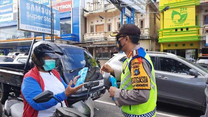 Ratusan Masker Dibagikan ke Pengguna Jalan, Polisi Imbau Taati Peraturan Lalulintas dan Prokes - dir1.jpg