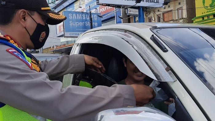 Ratusan Masker Dibagikan ke Pengguna Jalan, Polisi Imbau Taati Peraturan Lalulintas dan Prokes - dir2.jpg