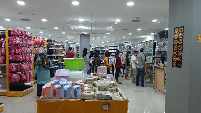 Beberapa pengunjung sedang memilih produk di MR DIY.
