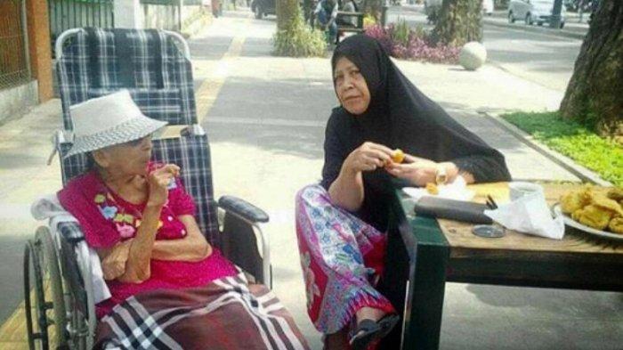 Ridwan Kamil Posting Foto 2 Nenek Makan Gorengan, Netizen Malah Fokus ke Benda Ini