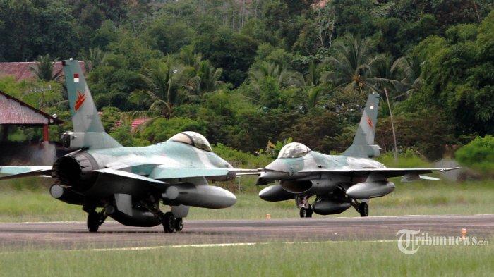 Dua pesawat F-16 Fighting Falcon TNI AU