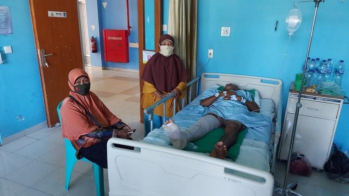 Duel Warga Vs Buaya di Bangka Belitung, Dadang Dilepaskan Setelah Mencongkel Mata Reptil Ganas Itu - Maryani (berdiri) serta kerabatnya saat menunggui Dadang yang tertidur di ruang perawatan, Senin (31/5/2021).