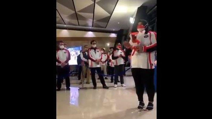 Dugaan body shaming terjadi kepada lifter Nurul Akmal saat penyambutan tim Olimpiade Indonesia di Bandara Soekarno-Hatta, Kamis (5/8/2021) dini hari WIB.