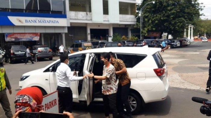Dulu Jokowi Pakai Camry dan Esemka sebagai Mobil Dinas, Gibran Pilih Innova Bekas Lalu Diisi Beras