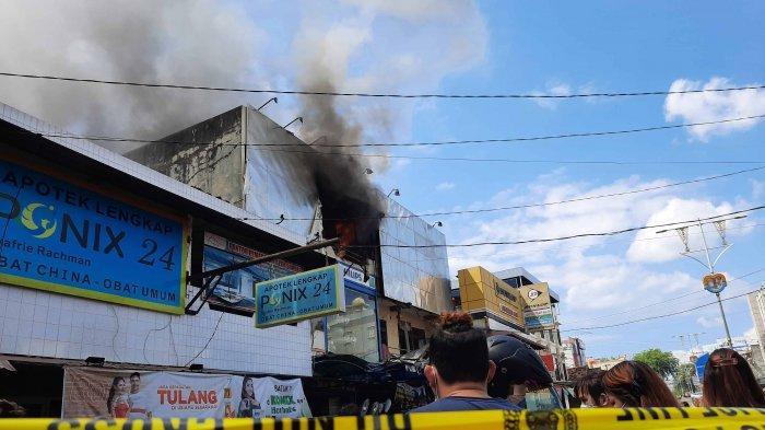Personel Pemadam Kebakaran Kota Pangkalpinang dan Provinsi Bangka Belitung, sedang memadamkan api yang membakar Ruko Dunia Lampu, di Jalan Mayor Syafie Rahman, Kota Pangkalpinang, Selasa (27/7/2021)
