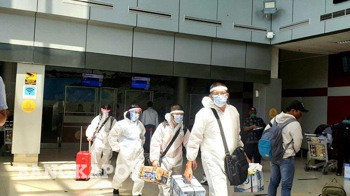 Keluarga Acin Kompak Pakai APD Lengkap Berangkat ke Solo, Jadi Sorotan Penumpang Bandara Depati Amir