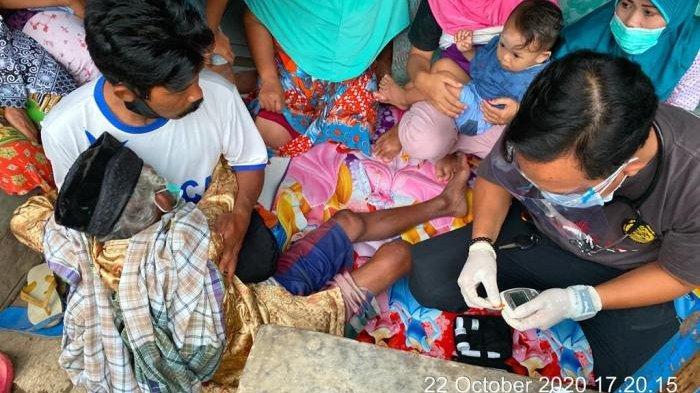 Tim Emergency Response Group (ERG) PT Timahm Tbk saat memberikan bantuan dan edukasi kepada korban banjir