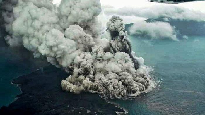 Nelayan Lampung Saksikan Detik-detik Gunung Anak Krakatau Terbelah dan Timbulkan Tsunami