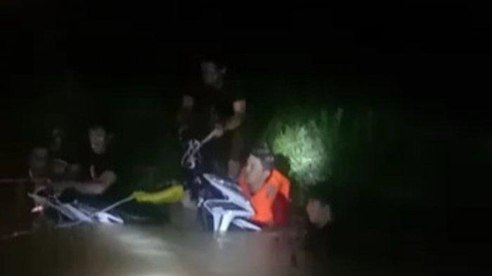 Terseret Arus Banjir di Atas Jembatan, Pengendar Motor Terjun Ke Sungai Kampak, Tak Ada Korban Jiwa