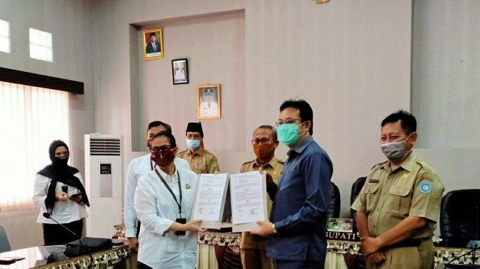 Penandatanganan MoU antara Pemkab Bangka Barat dengan Kajari Bangka Barat, Senin (14/9).