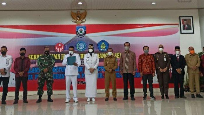 Para tamu undangan berfoto bersama setelah kegiatan serah terima jabatan Bupati Bangka Selatan, Senin (01/03)