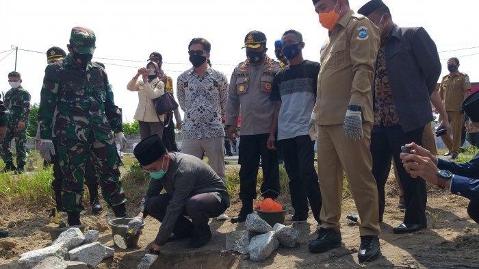 Wali kota Pangkalpinang Maulan Aklil (Molen) meletakan batu pertama perumahan guru pondok pesantren Hidayatussalikin Pangkalpinang, Selasa (15/9/2020)