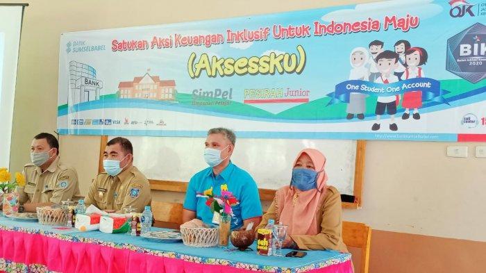 Pjs bupati Bangka Barat Drs. Sahirman saat mengajar para siswa SMPN 1 Muntok dalam aksi keuangan inklusif untuk Indonesia Maju, Selasa (29/9).