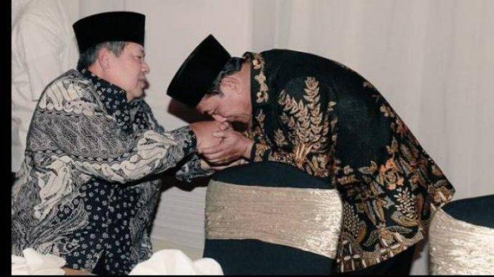 Foto lawas yang berisi momen Moeldoko mencium tangan SBY