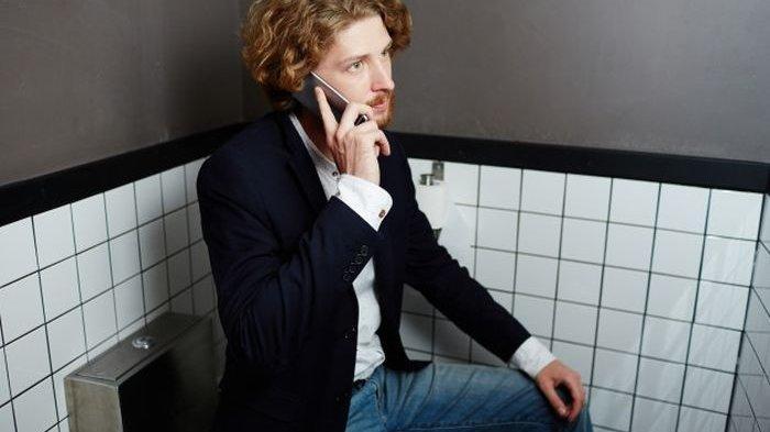 Awas, Membawa Ponsel ke Kamar Mandi Bisa Bahayakan Kesehatan, Ini Alasannya
