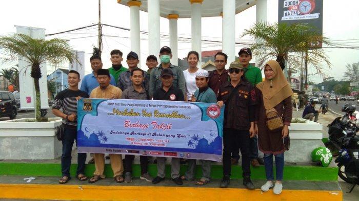 KBPP Polri Resort Pangkalpinang dan FPII Babel Bagikan 300 Paket Takjil