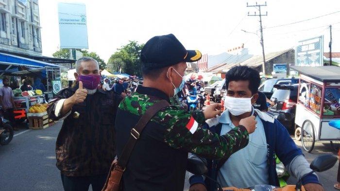 Ketua PD KBPP Polri kep Babel Toni Batubara danKetua Hipakad Babel Ucok Oktahaber turun langsung membagikan masker gratis, Sabtu (14/11/2020)